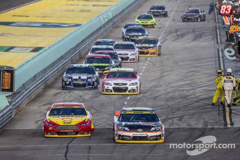 Joey Logano, Penske Ford e Denny Hamlin, Joe Gibbs Racing Toyota conducono verso la pista