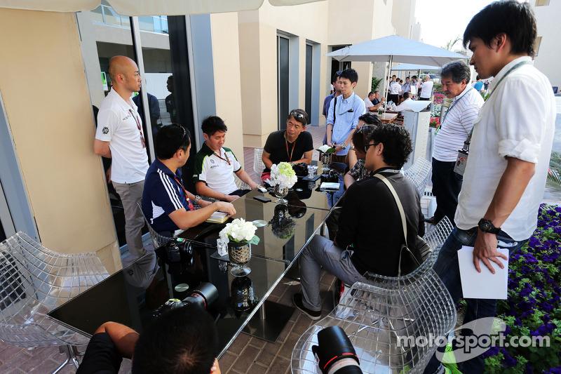 Kamui Kobayashi, Caterham, con la prensa