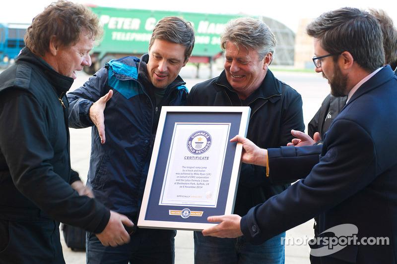 Lo Stuntman dei camion Mike Ryan, record del mondo dopo il salto su una vettura di F1