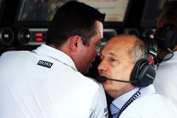 (Da sinistra a destra): Eric Boullier, Direttore di gara McLaren con Ron Dennis, Presidente esecutivo McLaren