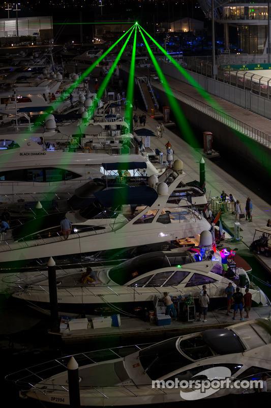 Barcos no porto à noite