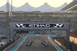 Lewis Hamilton, Mercedes AMG F1 W05 rebasa su compañero  y el ganador de la pole Nico Rosberg, Mercedes AMG F1 W05 en la salida de la autorera