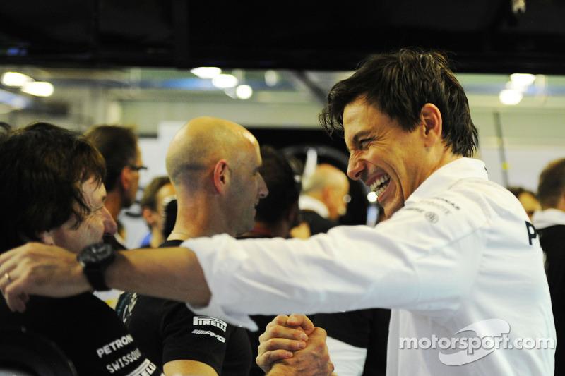 Toto Wolff, Mercedes AMG F1 Socio e Direttore Esecutivo festeggia il Campionato del Mondo con la squadra
