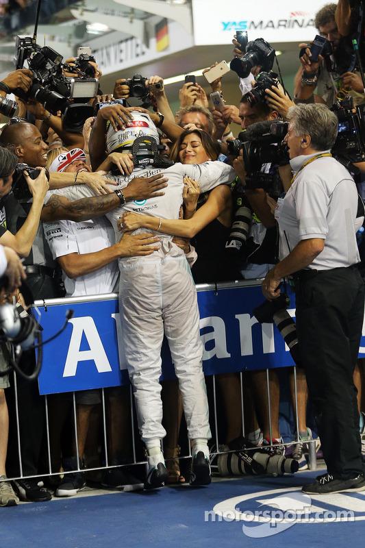 El ganador  y campeón del mundo Lewis Hamilton, Mercedes AMG F1 W05 celebra en parc ferme con su hermano Nick y novia Nicole Scherzenger, cantante