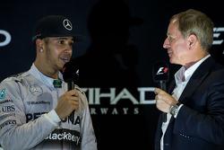 (Da sinistra a destra): Il vincitore della gara e campione mondiale Lewis Hamilton, Mercedes AMG F1 sul podio con Martin Brundle, Sky Sports