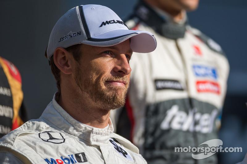 Jenson Button, McLaren nella foto dei piloti di fine stagione