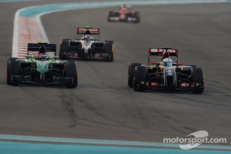 Will Stevens, Caterham CT05 y Romaen Grosjean, Lotus F1 E22 pelean la posición