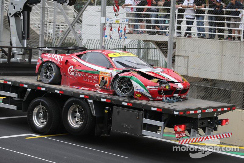 Ferrari de Matteo Cressoni es llevado en grúa después de chocar con Mark Webber