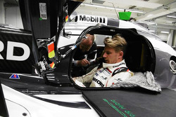 Nico Hülkenberg bei der Sitzanpassung im Porsche 919 Hybrid