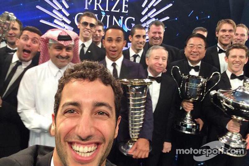 Daniel Ricciardo, Lewis Hamilton, Jean Todt ve diğerleri selfie çekiyor