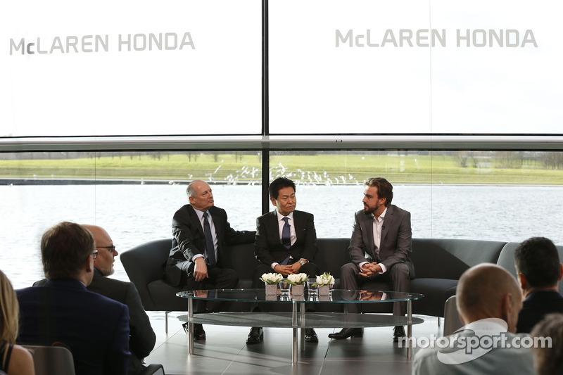 Yasuhisa Arai, Direttore di Honda Motorsport, Fernando Alonso e Ron Dennis, Presidente e CEO di McLaren