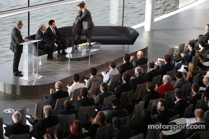 Yasuhisa Arai, director de Honda Motorsport, Jenson Button, Fernando Alonso y Ron Dennis, Chairman y