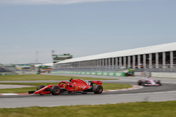 Kimi Raikkonen, Ferrari SF71H, devant Esteban Ocon, Force India VJM11