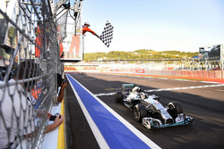 Lewis Hamilton, Mercedes F1 W05 Hybrid, passe sous le drapeau à damier