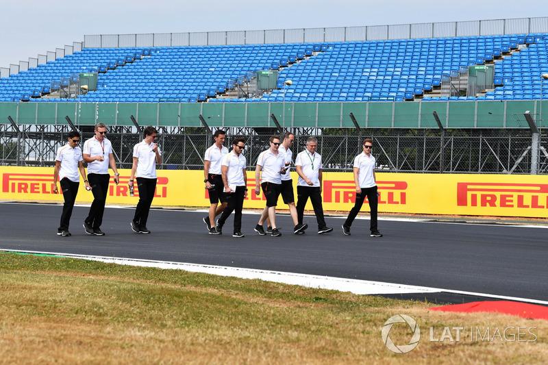 Stoffel Vandoorne, McLaren parcourt la piste à pied