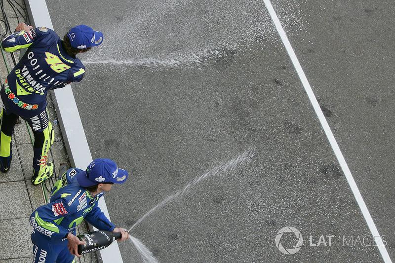 Podio: 1º Valentino Rossi, 2º Sete Gibernau, 3º Nicky Hayden