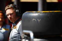 Un ingénieur Pirelli dans les stands