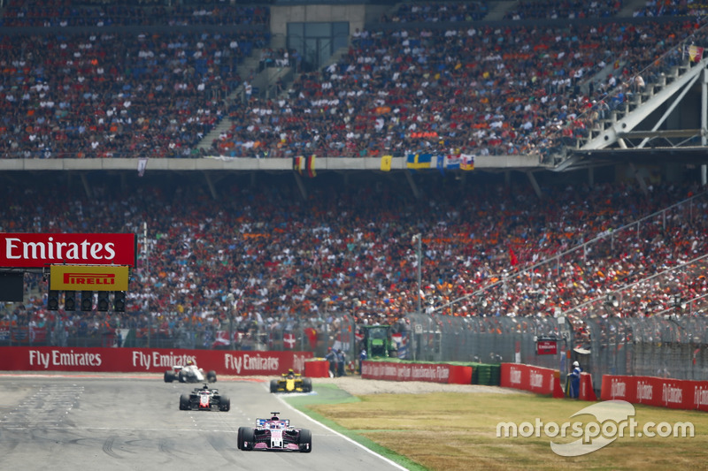 Sergio Perez, Force India VJM11, Romain Grosjean, Haas F1 Team VF-18