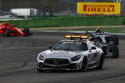 El safety car lidera la carrera sobre Lewis Hamilton, Mercedes AMG F1 W09, Valtteri Bottas, Mercedes AMG F1 W09, y Kimi Raikkonen, Ferrari SF71H