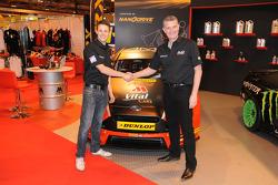 Mike Bushell ve takım patronu Shaun Hollamby, 2015 araçlarının örtüsünü kaldırıyor, AmD Tuning.com Ford Focus