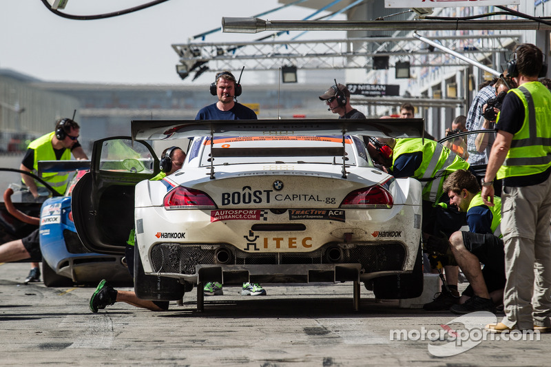 Pit stop untuk #8 Triple Eight BMW Z4 GT3: Lee Mowle, Joe Osborne, Jacques Duyver, Charlie Hollings