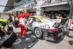 Pit stop para o # 46 MRS GT-Racing Porsche 991 Cup: Siegfried Venema, Chris le Bon, Ilya Melnikov, B