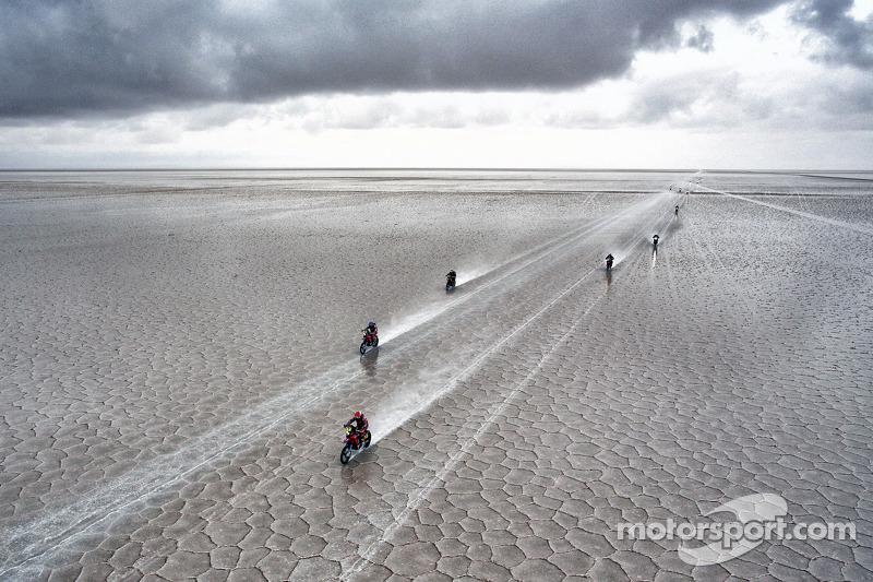 Motorräder in den Salzseen der 8. Etappe