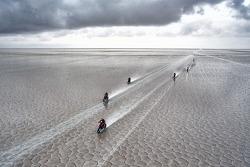 Motocicletas en el salar de Uyuni en la octava etapa