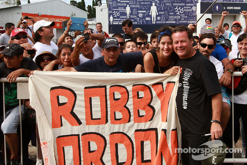 Robby Gordon mit Fans