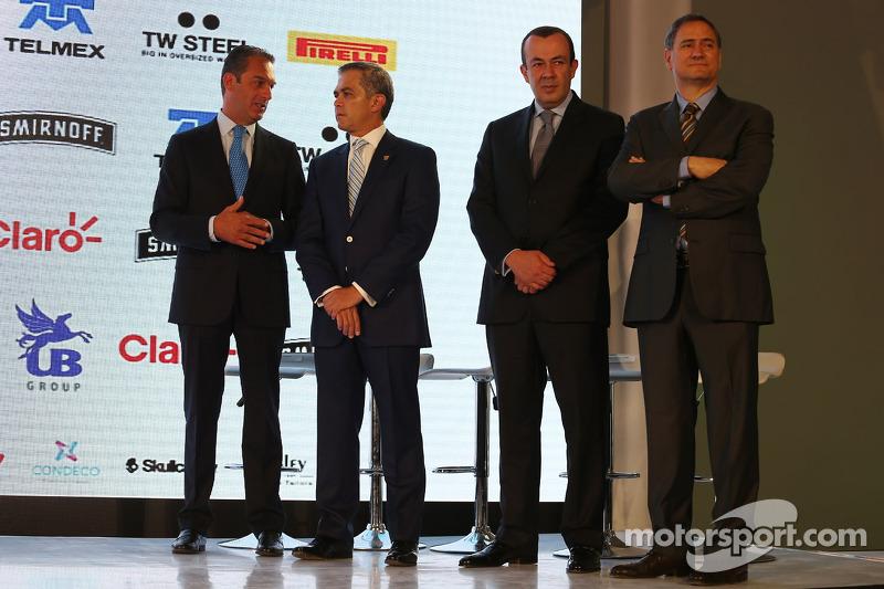 (Von links nach rechts): Carlos Slim, Geschäftsmann mit Miguel Angel Mancera, Bürgermeister von Mexi