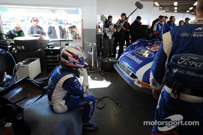 جوي هاند يشاهد تصليحات سيارته