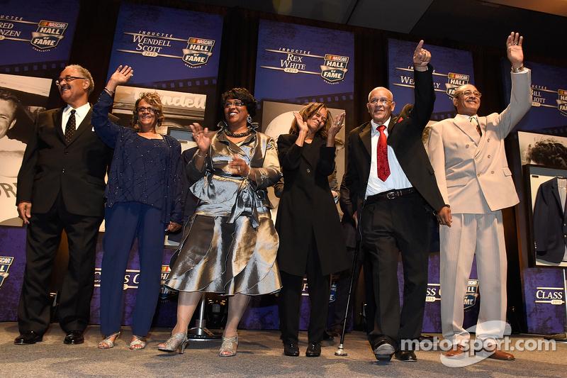 Die Familie Wendell Scott erhält das NASCAR Hall of Fame Jacket zu Ehren des verstorbenen Wendell Sc