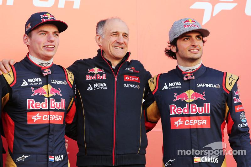 (Von links nach rechts): Max Verstappen, Scuderia Toro Rosso; Franz Tost, Teamchef Scuderia Toro Rosso; und Carlos Sainz jr., Scuderia Toro Rosso, bei der Enthüllung des Scuderia Toro Rosso STR10
