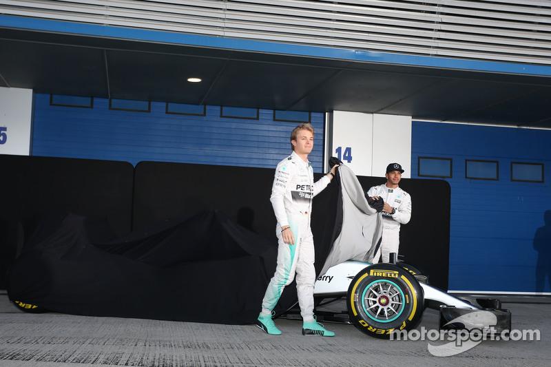 (da sinistra a destra): Nico Rosberg, Mercedes AMG F1 e il compagno di squadra Lewis Hamilton, Mercedes AMG F1 svelano la Mercedes AMG F1 W06