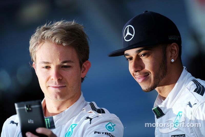(da sinistra a destra): Nico Rosberg, Mercedes AMG F1 con Lewis Hamilton, Mercedes AMG F1