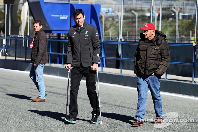 (从左到右)帕迪·洛维,梅赛德斯AMG车队执行总监,和尼基·劳达,梅赛德斯AMG车队非独立主席