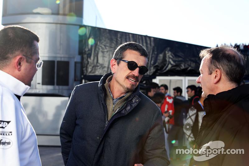 (da sinistra a destra): Eric Boullier, Direttore di McLaren Racing con Guenther Steiner, Direttore H