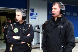 Херес, февральские тесты, День 2. Ник Честер, технический директор Lotus и Алан Пермейн, главный гоночный инженер