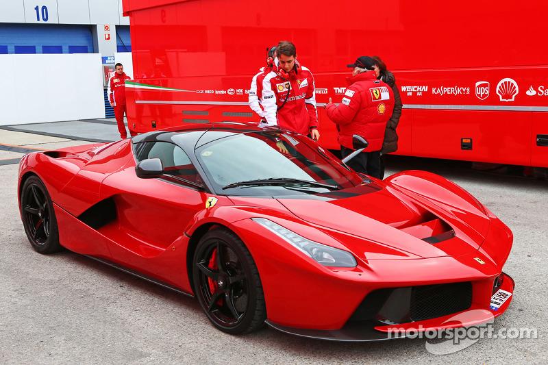 Esteban Gutierrez, Test- und Ersatzfahrer bei Ferrari, mit einem Ferrari-Straßenwagen
