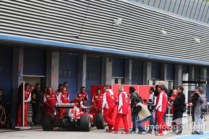 Sebastian Vettel, Ferrari SF15-T, hinter den Abdeckungen in der Box