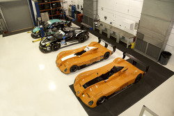 Berbagai mobil 8Star Motorsports di bengkel tim