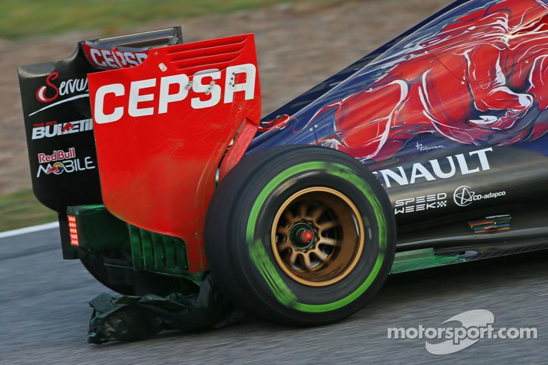 Карлос Сайнс мол., Scuderia Toro Rosso STR10 працює з флуоресцентною фарбою on the задне крило та some plastic dragging underneath the car