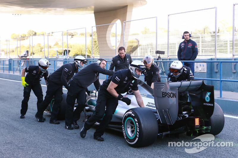 Lewis Hamilton, Mercedes AMG F1 W06, wird von den Mechanikern in der Boxengasse zurückgeschoben