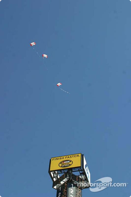 Les parachutistes arrivent lors des cérémonies d'avant-course