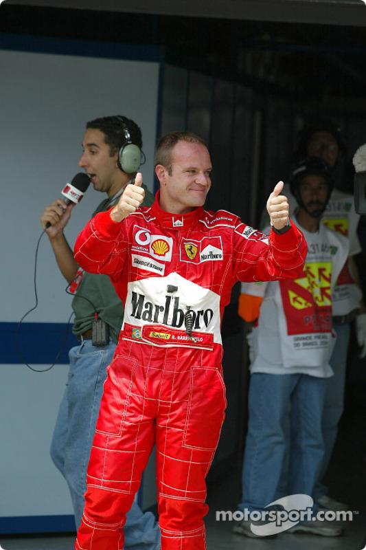 Le poleman Rubens Barrichello fête sa pole