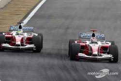 Jarno Trulli passes Ricardo Zonta