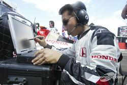 Un ingénieur Honda sur la grille de départ