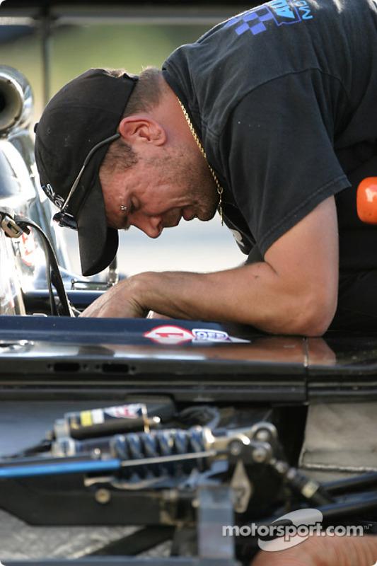 Un membre du Autocon Motorsports au travail