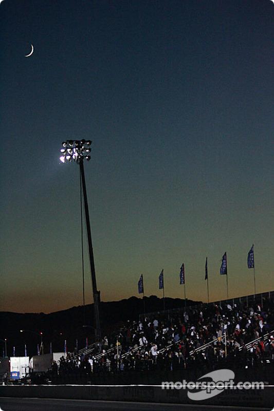 La lune brille sur le Pomona Raceway