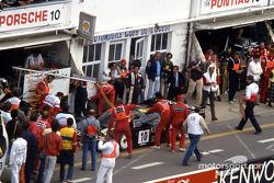 #10 Porsche Kremer Racing Porsche 962C: Сарел ван дер Мерве, Йо Гартнер и Кунимицу Такахаси на пит-стопе